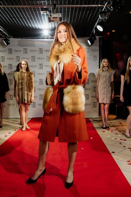 Пальто из пальтовой ткани с отделкой из меха лисицы красной (м.832)